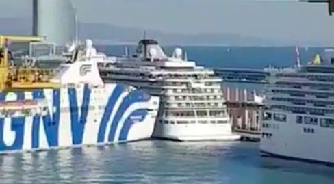 صور و فيديو | باخرة ضخمة قادمة من طنجة كادت تتسبب في كارثة بعد اصطدامها بسفينة سياحية