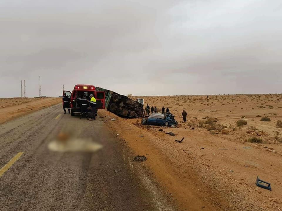6e0dd53b7 و كانت الشاحنة محملةً بعدد كبير من رؤوس الأغنام حينما اصطدمت بشكل عنيف و  مميت بسيارة صغيرة لفظ ركابها أنفاسهم في الحين.