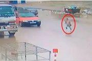 فيديو   سائق طاكسي 'ينشر' طفلةً وسط الطريق بفاس و يفر هارباً !