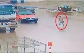 فيديو | سائق طاكسي 'ينشر' طفلةً وسط الطريق بفاس و يفر هارباً !