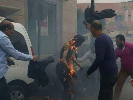 مواطن يضرم النار في جسده و يحاول الإنتحار حرقاً أمام مخفر الشرطة بالعيون !