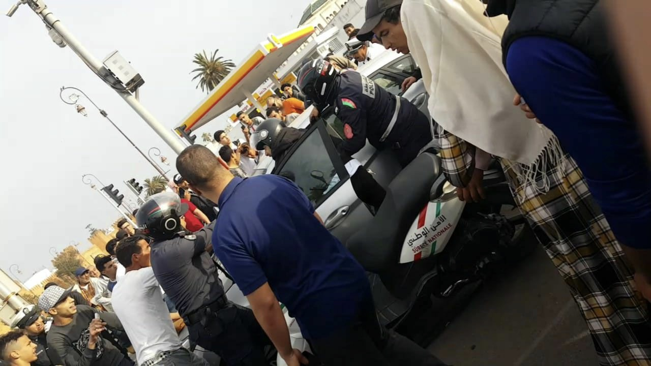 عاجل/فيديو. الفرادا فالرباط لاعتقال شخص سرق سيارة وحاول دهس المواطنين واحراق نفسه وسط سكة الترامواي