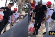 فيديو | شرطي إسباني بمليلية يعتدي على مغاربة ويرمي بمقتنياتهم في حاوية النفايات !