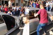 فيديو | مواطنون يحاصرون شباناً و يهشمون سيارتهم وسط مدينة طنجة !