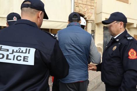 توقيف ضابط وشرطي بالدارالبيضاء والتحقيق معهما بعد ظهورهما في شريط متلبسين بالارتشاء