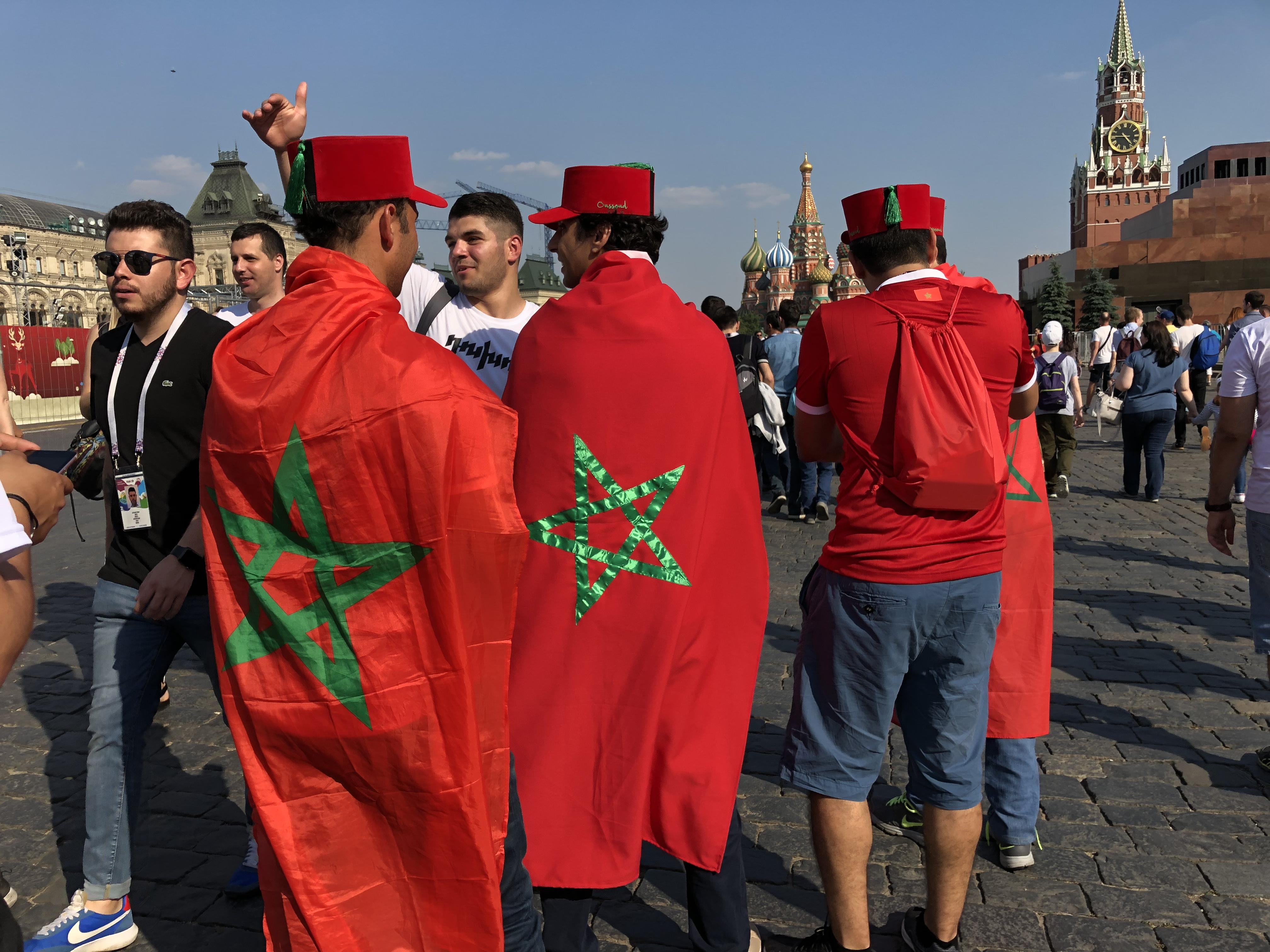 ألاف المغاربة يصلون أفواجاً لموسكو لتشجيع أسود الأطلس بطموح الفوز على البرتغال