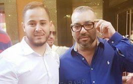 الملك محمد السادس يتجول في شوارع باريس و مغربي يعجب بأناقته !
