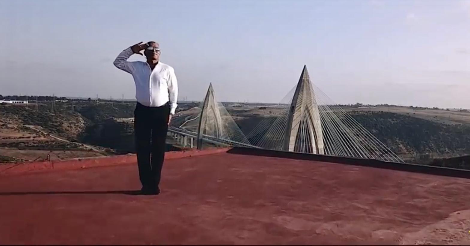 بالفيديو/الستاتي مامفاكش مخرج أغنية جديدة هدية للمٓلك بعنوان أبونا هو المغرب