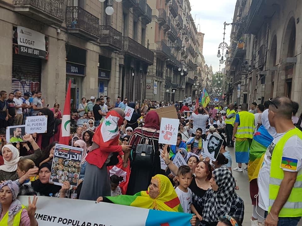 صور/سلطات كتالونيا ترخص لأكبر مسيرة داعمة لمعتقلي الريف شارك فيها الألاف