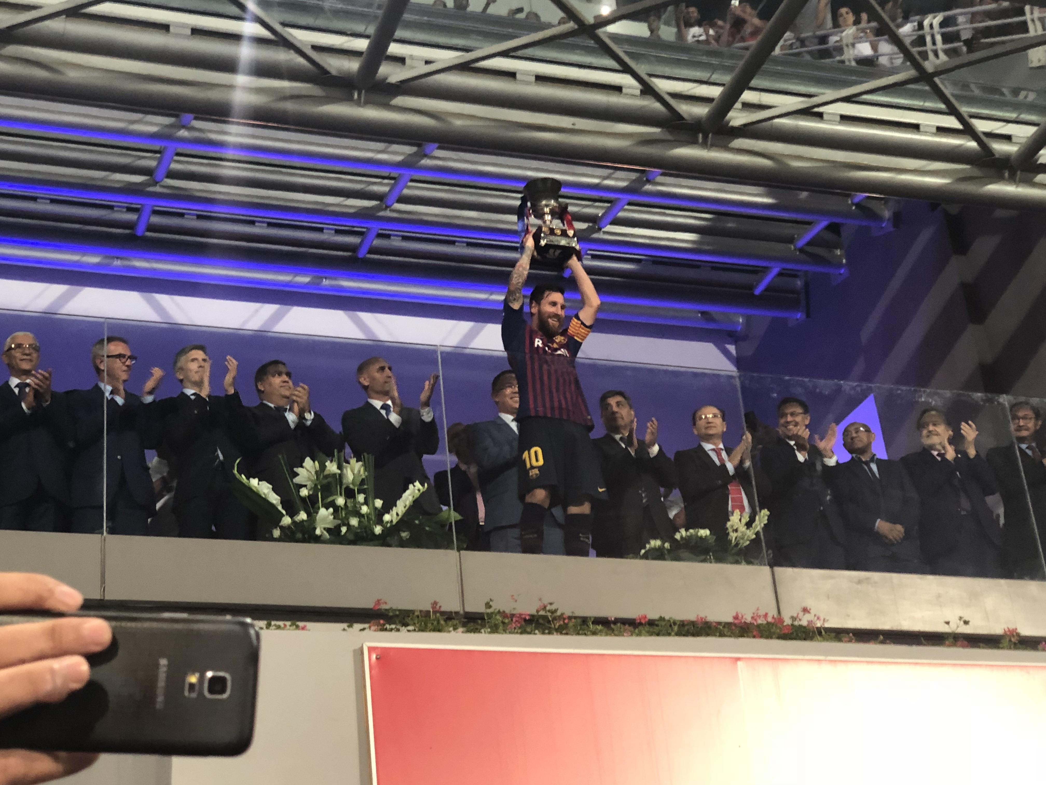 برشلونة يُتوج بكأس السوبر الإسباني على حساب إشبيلية في مباراة تاريخية بطنجة