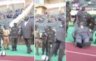 فيديو/مسؤول أوغندي يسقط لضخامة جسده بعد تدشينه لملعب لكرة القدم