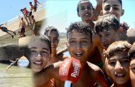 فيديو/أطفال سلا يخاطرون بالسباحة بوادي أبي رقراق ويطالبون بمسابح بلدية