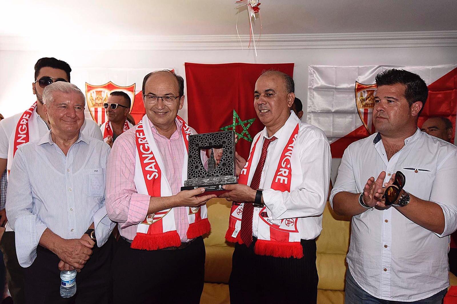 جمعية محبي 'إشبيلية' يستقبلون رئيس النادي الاسباني بطنجة