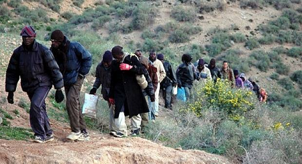 السلطات المغربية تشرع في ترحيل مئات المهاجرين الأفارقة من محيط مليلية للمدن الداخلية