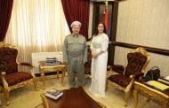 الناشطة الأمازيغية 'مزان' تثير الجدل من جديد بمحاولة تقبيل أرجل 'البرزاني' زعيم كردستان العراق !