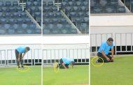 فيديو/الطاوسي يستعد لهزم الوداد بالصلاة بحذائه الرياضي بملعب محمد الخامس