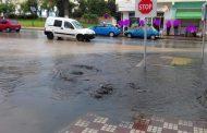 صور وفيديو/ دقائق من الأمطار تُغْرِقُ 'الحسيمة منارة المتوسط' و مطالب بالتحقيق في مصير ملايير تأهيل الشوارع !