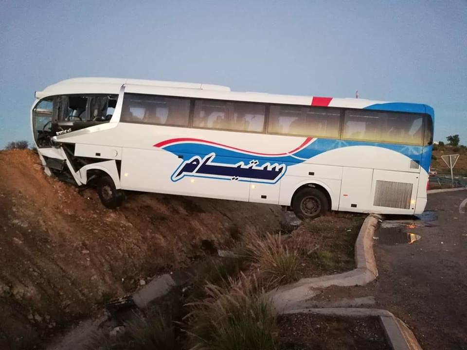 صور | حافلة تزيغ عن الطريق السيار بآسفي و سائقها يُنقل على عجل للمستعجلات !