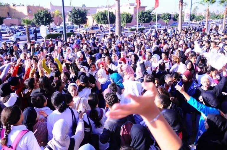 صور/تلاميذ مراكش يطالبون بإسقاط 'ساعة الحكومة' في إحتجاجات صاخبة