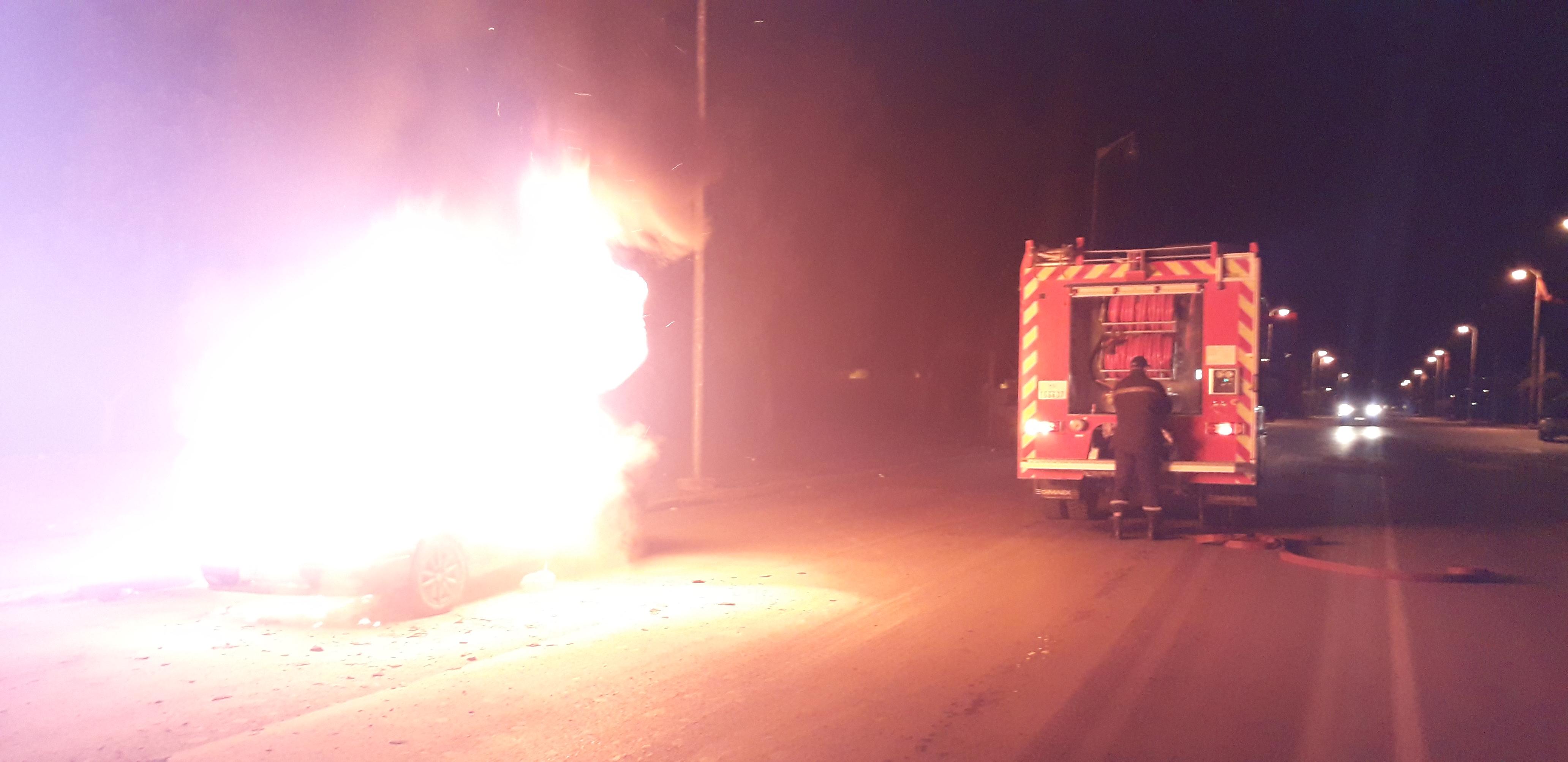 عاجل بالصور والفيديو/ إندلاع حريق مهول في سيارة بزايو يخلف خسائر مادية كبيرة