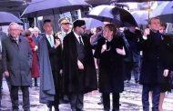 صورة ولي العهد يحمل المِظلة لوالده المٓلك محمد السادس بباريس تثير إعجاب الفيسبوكيين المغاربة