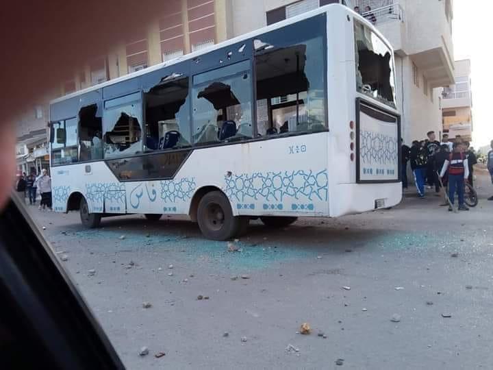 صور/إحتجاجات التلاميذ على 'ساعة الحكومة' تنحرف الى تخريب مؤسسات تعليمية