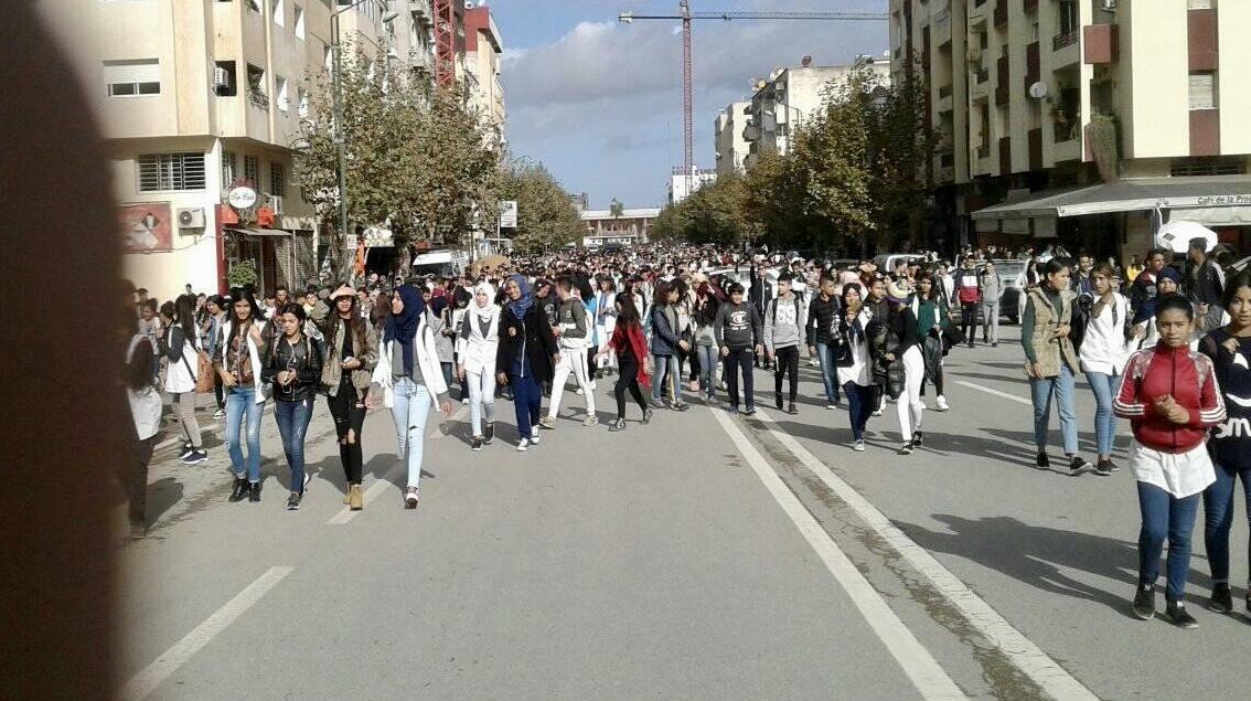 صور/تلاميذ القنيطرة في مسيرات ضخمة شلّت الحركة لإسقاط 'الساعة الحكومية'