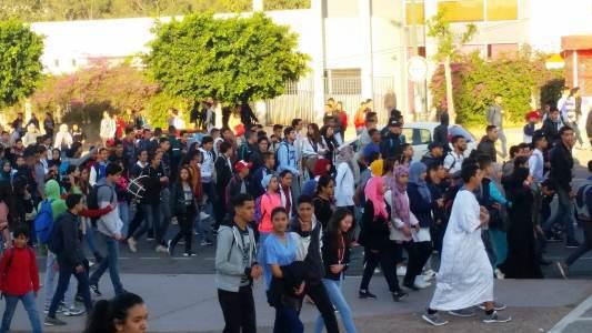 تلاميذ أكادير يجوبون شوارع المدينة لإسقاط الساعة الإضافية !