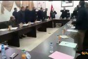 فيديو | تراشق بالقنينات داخل مجلس جماعي في الناظور !