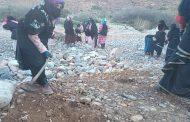 صور/ نساء جبال تافراوت يشمرن على سواعدهن لفك العزلة عن دواوير نائية !