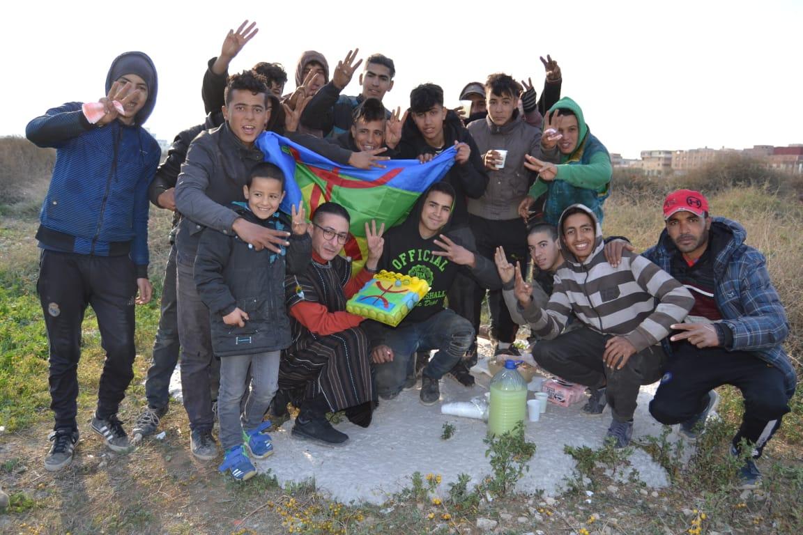 ناشط أمازيغي بالناظور يحتفل بالسنة الأمازيغية مع المتشردين !