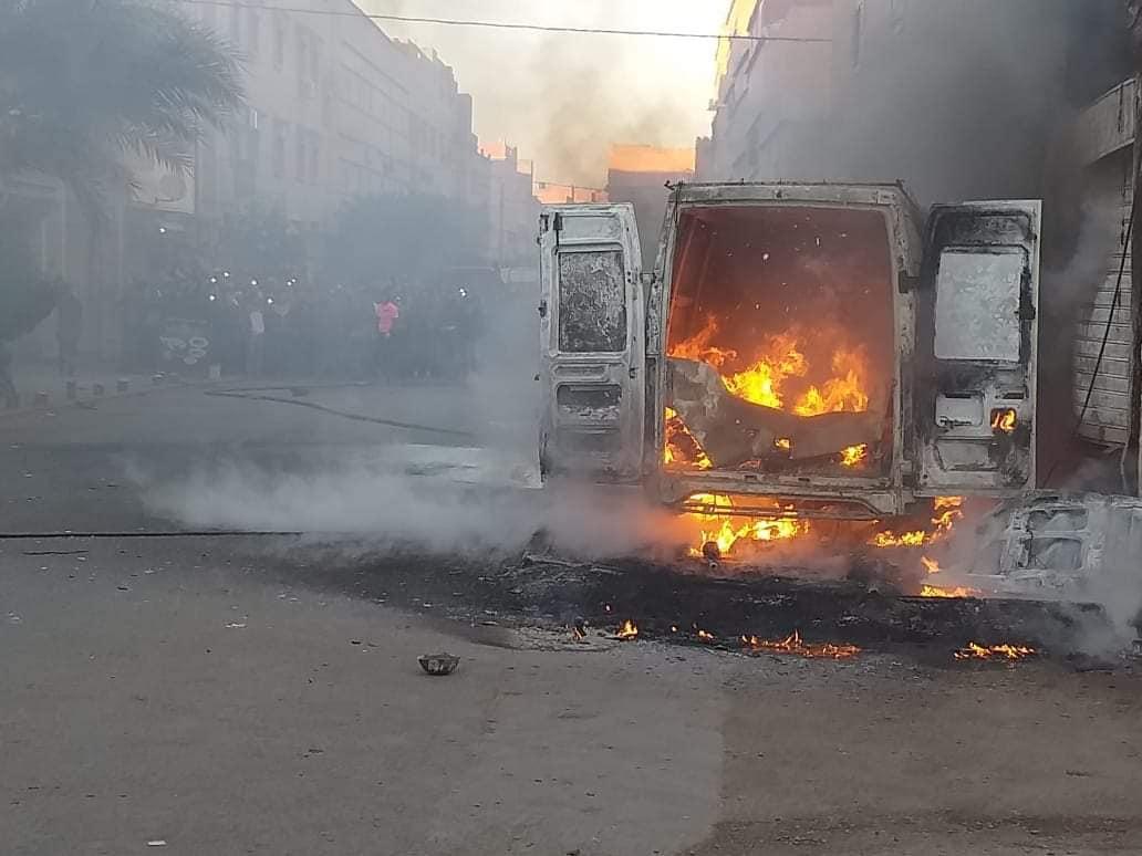 صور/ حريق يثير الرعب بكلميم بعدما دمر سيارة و امتد لأسلاك كهربائية !