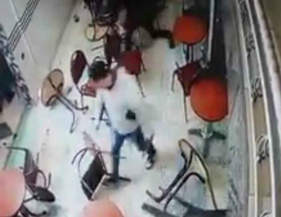 مسلح بسكين يقتحم مقهى بفاس و يثير روع الزبائن .. الأمن يحقق بعد توصله بشريط فيديو !