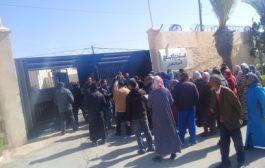 صور/مواطنون يحاصرون رئيس جماعة وادي زم و يطالبون بتزويد مساكنهم بالكهرماء !