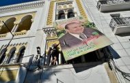 صور/الجزائريون يزحفون نحو القصر الرئاسي ويُمزقون صور بوتفليقة رفضاً للعهدة الخامسة