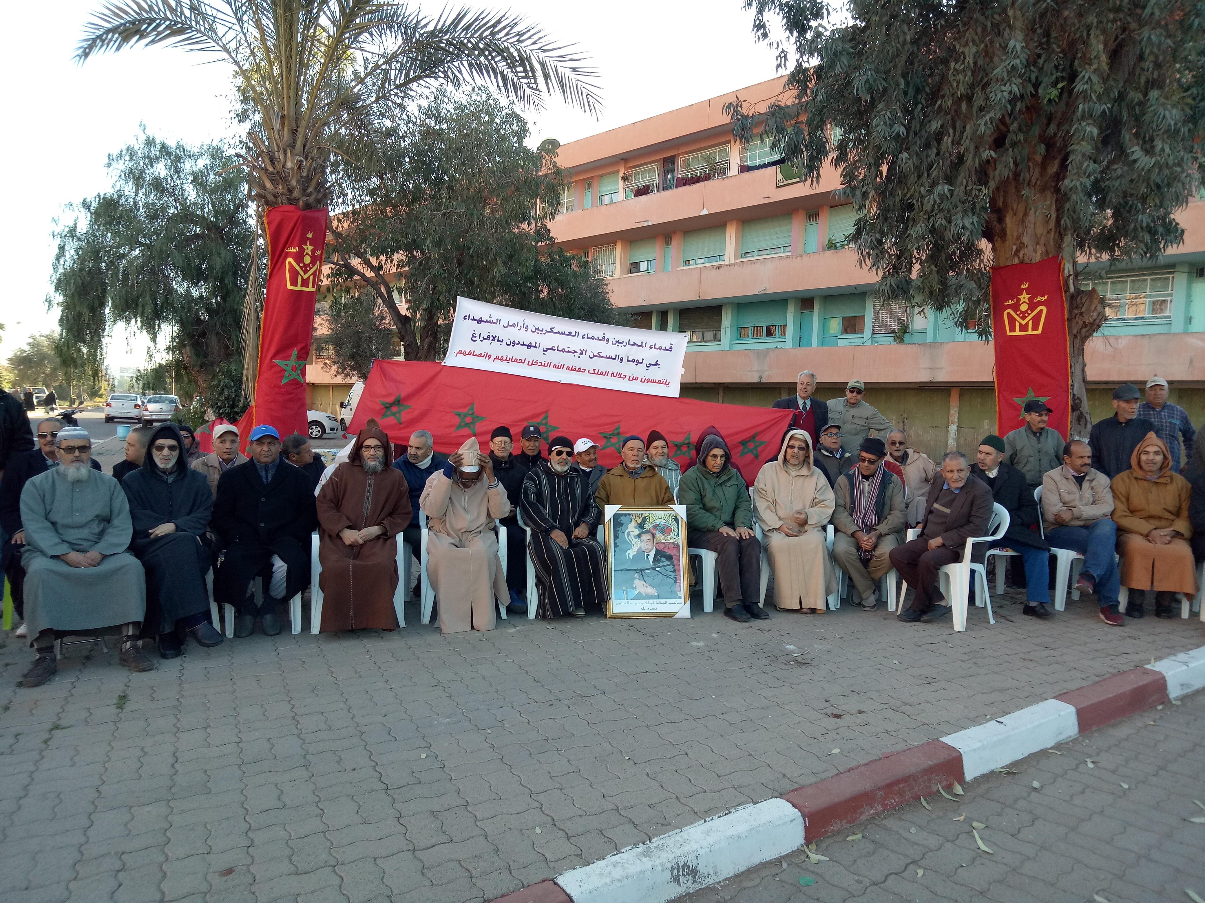عائلات متقاعدي الجيش تحتج على قرار إفراغهم من مساكنهم بمراكش و يطالبون بحمايتهم من التشرد !