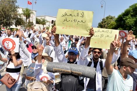 """أمزازي يقايض أساتذة التعاقد بالتوقيع على """"الكونطرات"""" مقابل الترسيم !"""