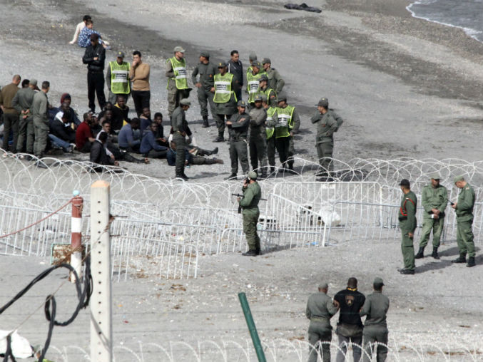 المغرب يضع أسلاكاً شائكة لحماية سبتة من المهاجرين .. و مرصد حقوقي : تكريس للإستعمار !
