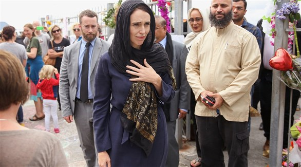 فيديو/رئيسة وزراء نيوزيلندا تخطبُ في صلاة الجمعة ورفعُ الآذان على شاشات التلفزيون تضامناً مع المسلمين