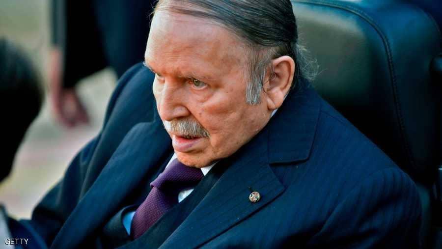 الجيش وأحزاب الحكومة الجزائرية تتسابقُ لإعلان التخلي عن بوتفليقة والالتحاق بالمتظاهرين