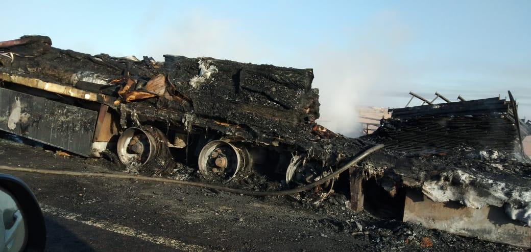 صور/ نيران مهولة تأتي على شاحنة محملة بالأفرشة بالطريق السيار مراكش-أكادير !