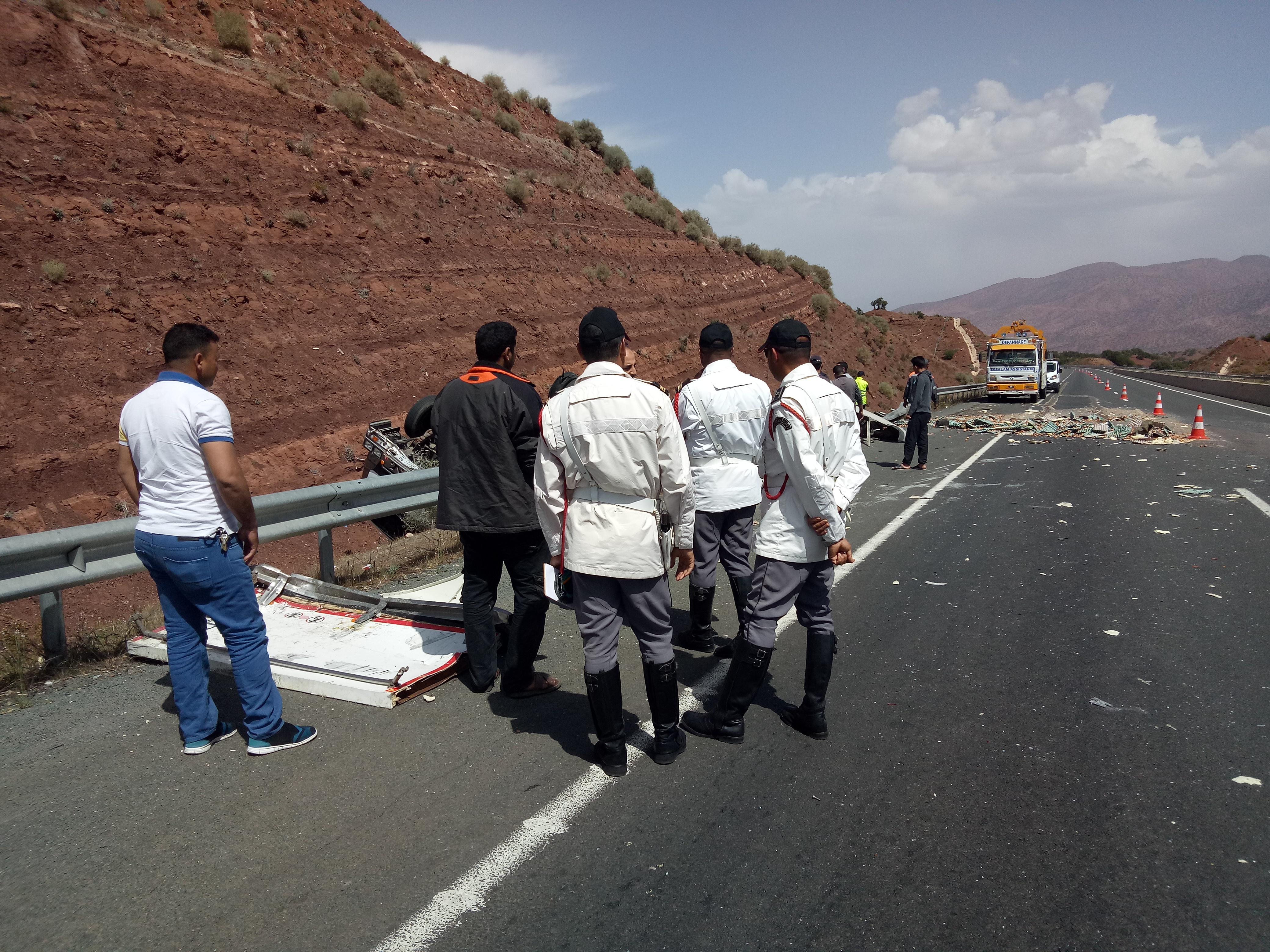 صور/ انقلاب شاحنة محملة بالبيض في منحدر أمسكرود المميت قرب أكادير !