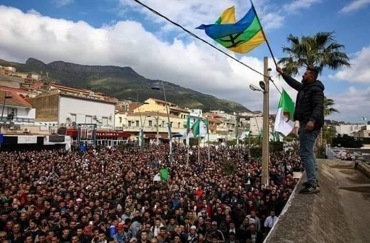 قائد أركان الجيش الجزائري يهاجم رافعي العلم الأمازيغي في المسيرات الاحتجاجية !