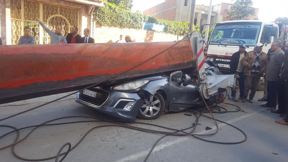 صور/ رافعة تطحن سيارات بالقنيطرة و مواطنون ينجون من الموت بأعجوبة !