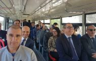 وزير الثقافة والإتصال يمتثل لقرار منع السيارات من ولوج قصبة أكادير أوفلا برُكوب الحافلة