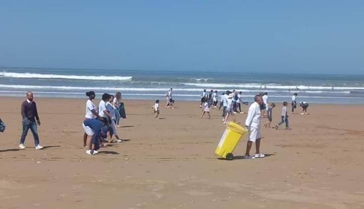 صور/ سياح يجمعون أزبال المصطافين بشاطئ أكادير !