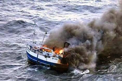 حريق مهول يأتي على مركب صيد بسواحل الداخلة و طاقمه ينجو بأعجوبة !