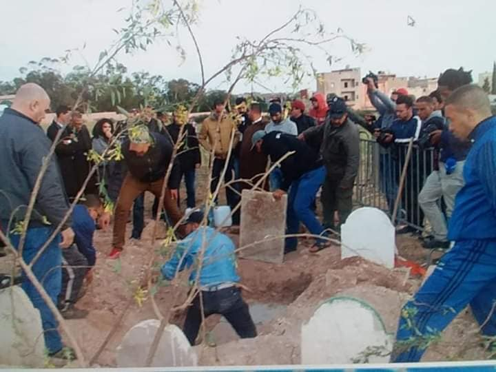 صور/ إعادة دفن السيدة التي تم إخراجها من قبرها بابن احمد !