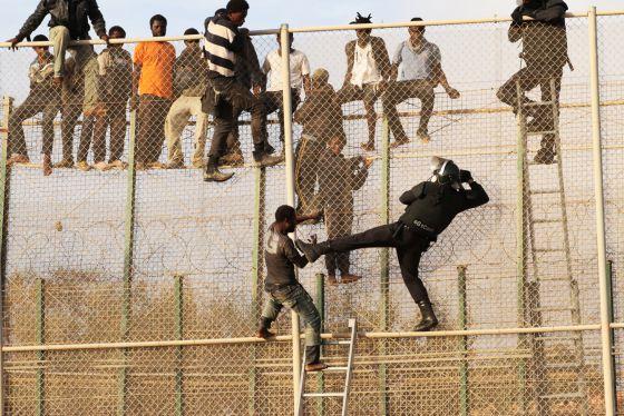 فيديو/ مهاجرون أفارقة يقتحمون سياج سبتة و يتعرضون لإصابات خطيرة بسبب الشفرات الحادة !