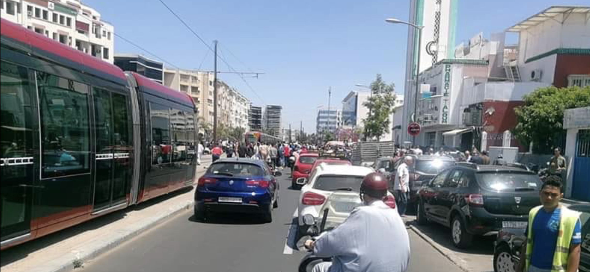 توقفٌ تام للترامواي بالدارالبيضاء بسبب أداء مواطنين صلاة الجمعة وسط الطريق